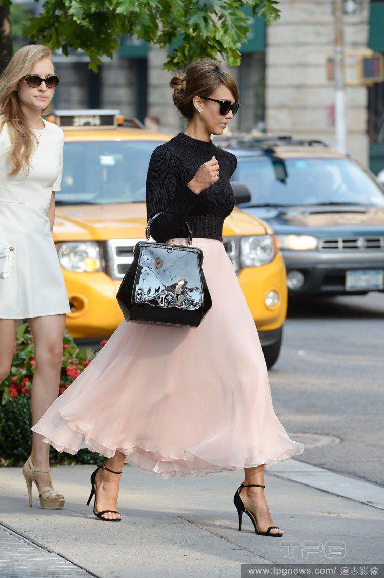 潔西卡艾芭身穿粉紅色紗裙搭緊身短版黑色毛衣,穿出夢幻好比例。圖/達志影像