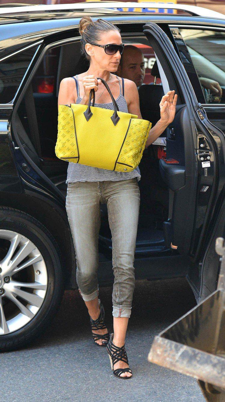 莎拉潔西卡派克喜歡亮眼的鮮黃色LV W Bag。圖/LV提供