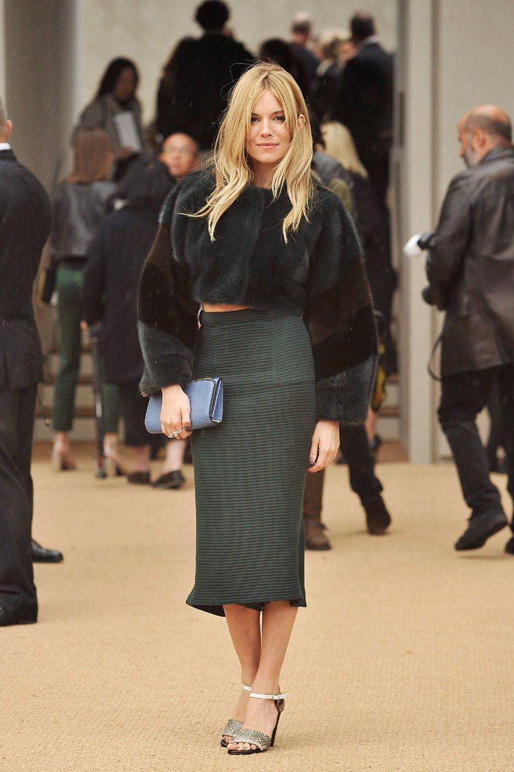 席安娜米勒拎著藍色手拿包,點亮一身綠色打扮。圖/BURBERRY提供