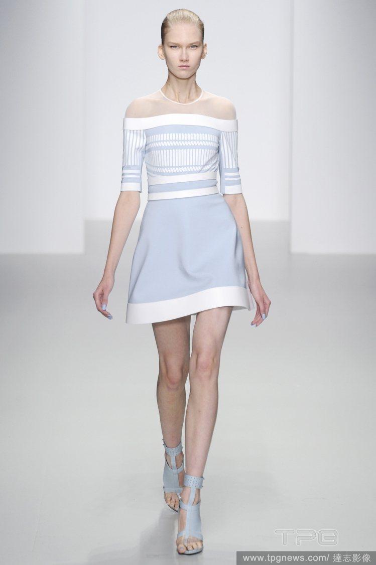 英國設計師David Koma春夏新裝俐落清晰,幾合塊狀剪裁的粉藍色高跟涼鞋相當...