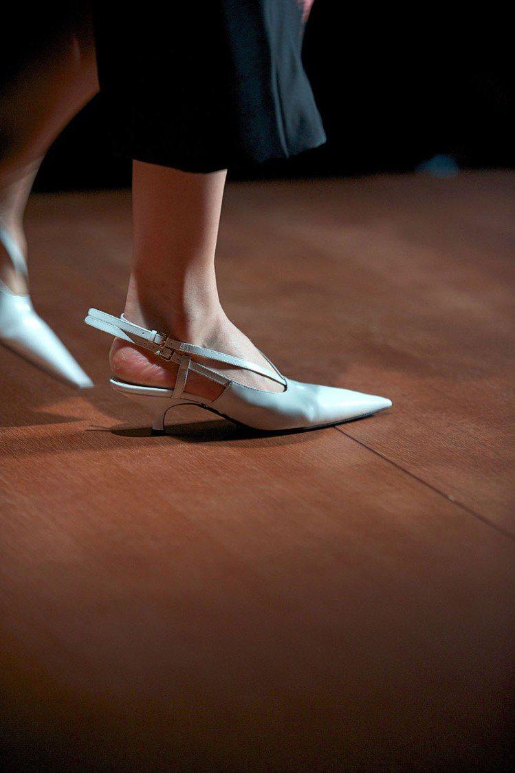 粉嫩色彩、涼鞋式的低跟鞋也非常熱門,MIU MIU單色皮革低跟鞋。圖/達志影像