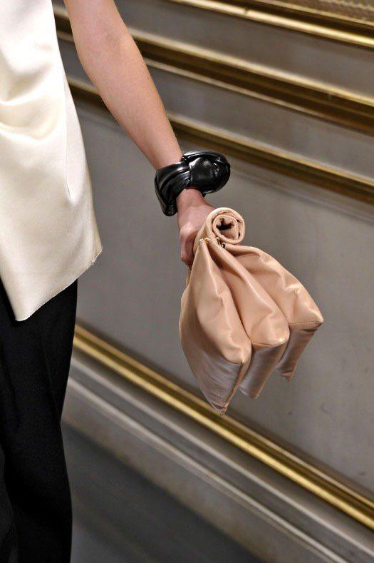 Celine手拿包,甜美粉色款相當百搭。圖/達志影像