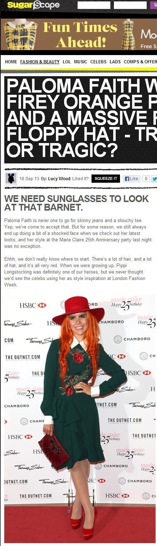 英國女歌手Paloma Faith戴了頂紅色寬邊帽,加上橘色辮子頭和一身綠衣,看...
