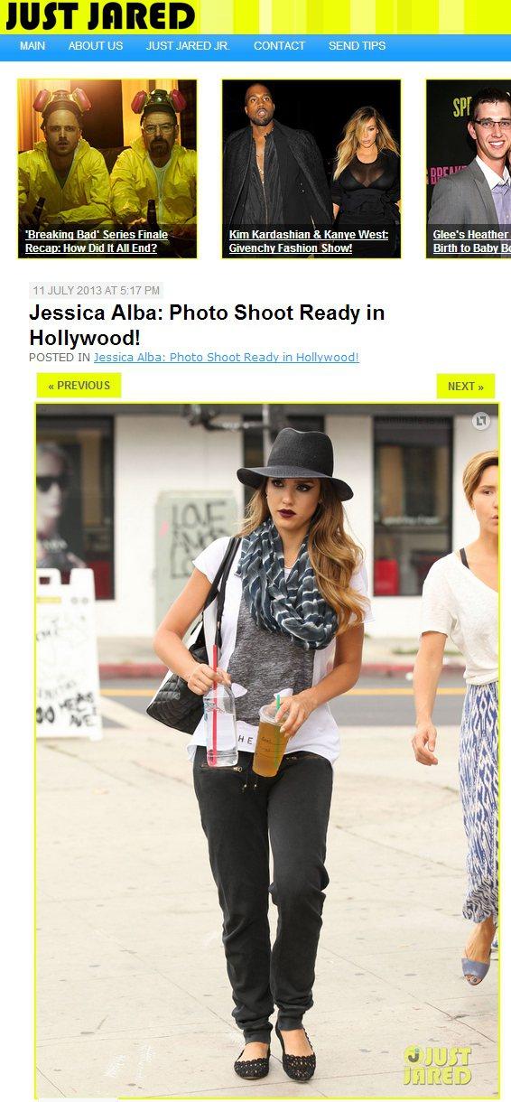 潔西卡艾芭穿著簡單率性,但一頂暗色寬邊帽讓時尚度大提升。圖/擷取自justjar...
