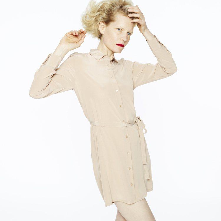 有著「皇后布料」美名的絲綢材質,帶有奢華感,適合秋冬季節。圖/UNIQLO提供