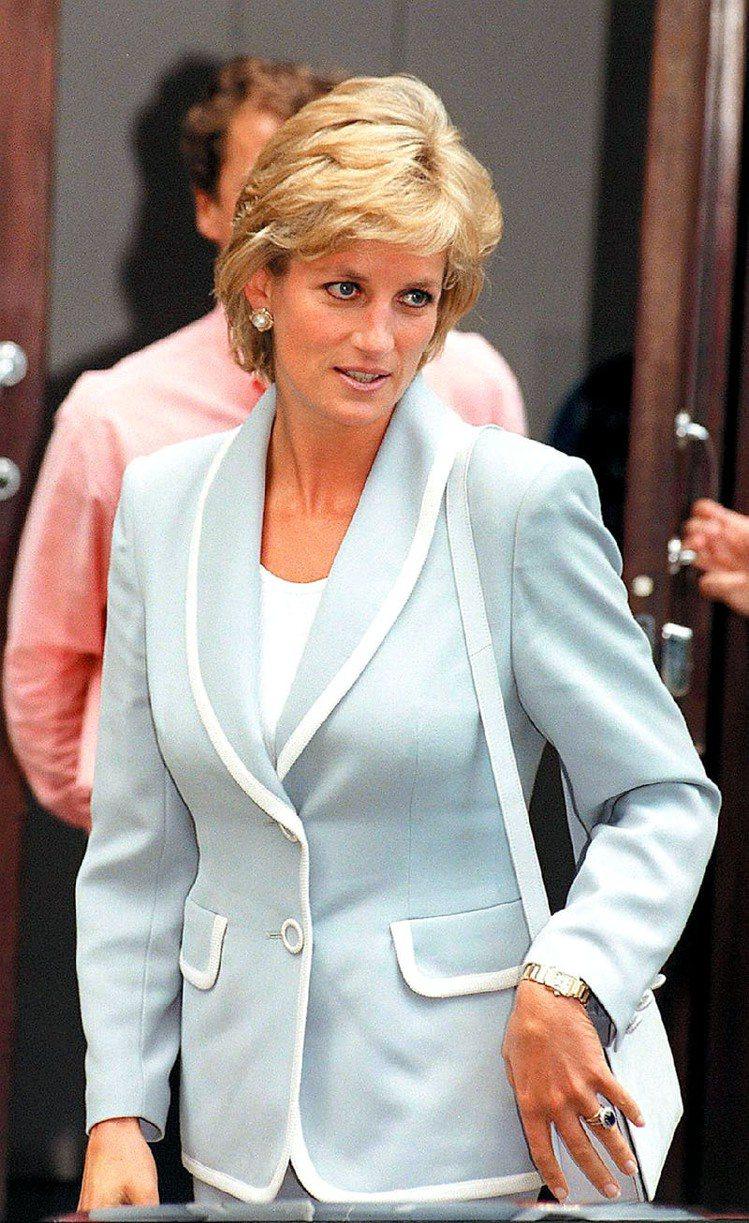 黛妃經典look:大方典雅的洋裝或套裝,然後配上乾淨的妝容,以及俐落蓬鬆的髮型。...