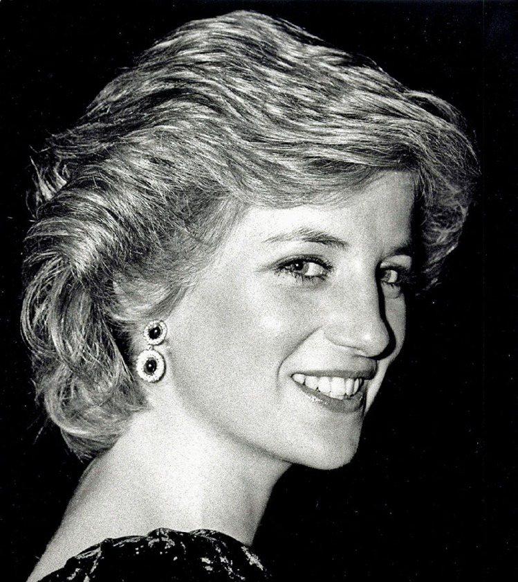 黛安娜王妃那深植人心的美,是不分男女老少都欣賞的優雅,而她對時尚圈的影響,即便是...