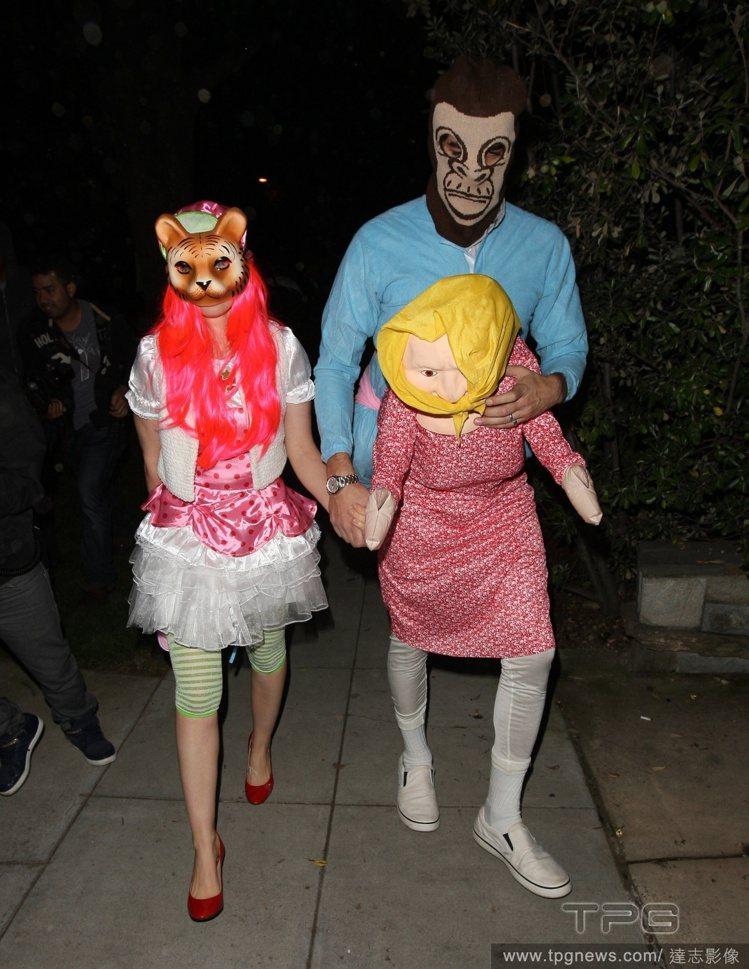 艾拉費雪與老公薩夏拜倫柯恩真是一對搞笑夫妻!他們一個化身穿洋裝的虎妞,一個是「西...