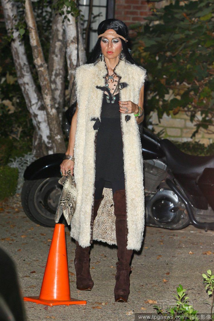 設計師瑞秋柔依化身寶嘉康蒂,妝容在閃光燈之下看來有點恐怖。不過長版皮草背心搭麂皮...