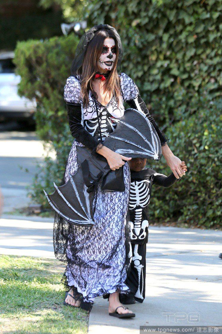 為了陪穿著骷髏裝的兒子,珊卓布拉克把自己畫成「骷髏新娘」,非常完整的妝容和造型好...