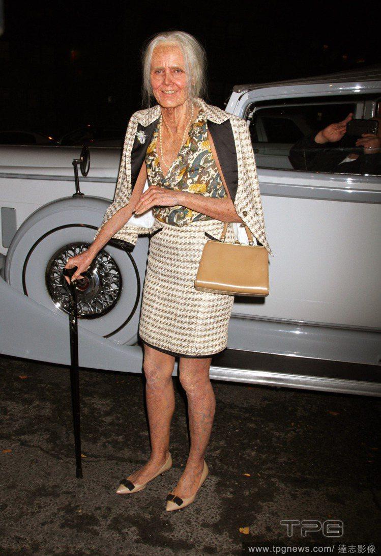 萬聖節女王海蒂克隆又再度以她超級「放得開」的裝扮帶給大家驚喜。老太太look就連...