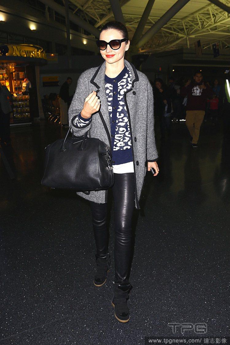 米蘭達柯爾(Miranda Kerr)在針織短大衣下加了件豹紋針織外套,再搭配皮...