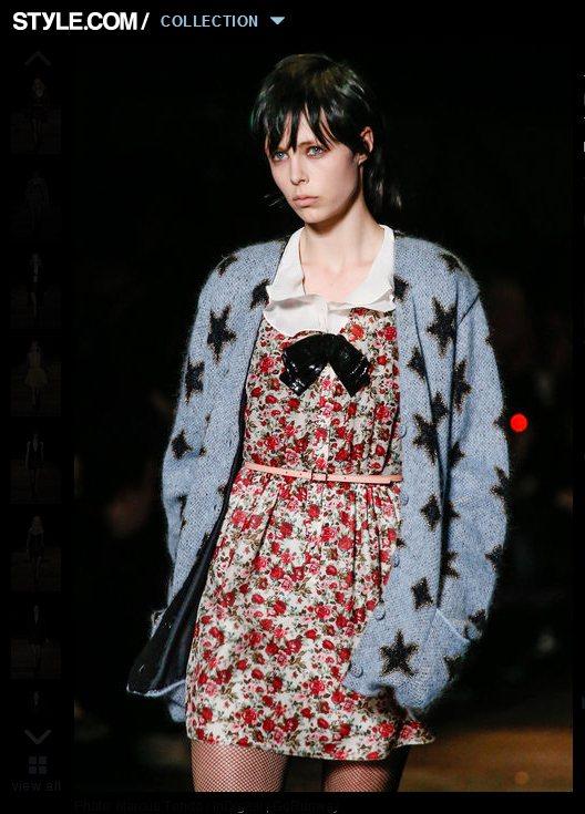 散落星星印花的毛衣外套,一搭配鄉村風碎花裙,不但營造出繽紛歡樂的氛圍,也穿出了俏...