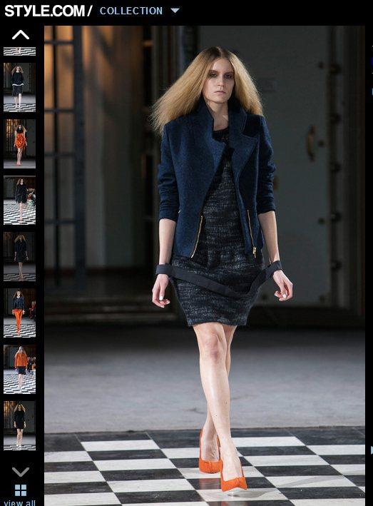 素色款毛衣連身裙就利用版型硬挺、剪裁俐落的外套來讓自己更有型。圖/擷取自styl...