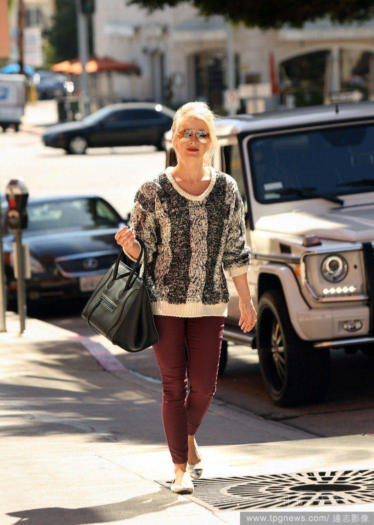 美國女星Julianne Hough選擇以酒紅色窄管褲做搭配,再套上平底鞋就看起...