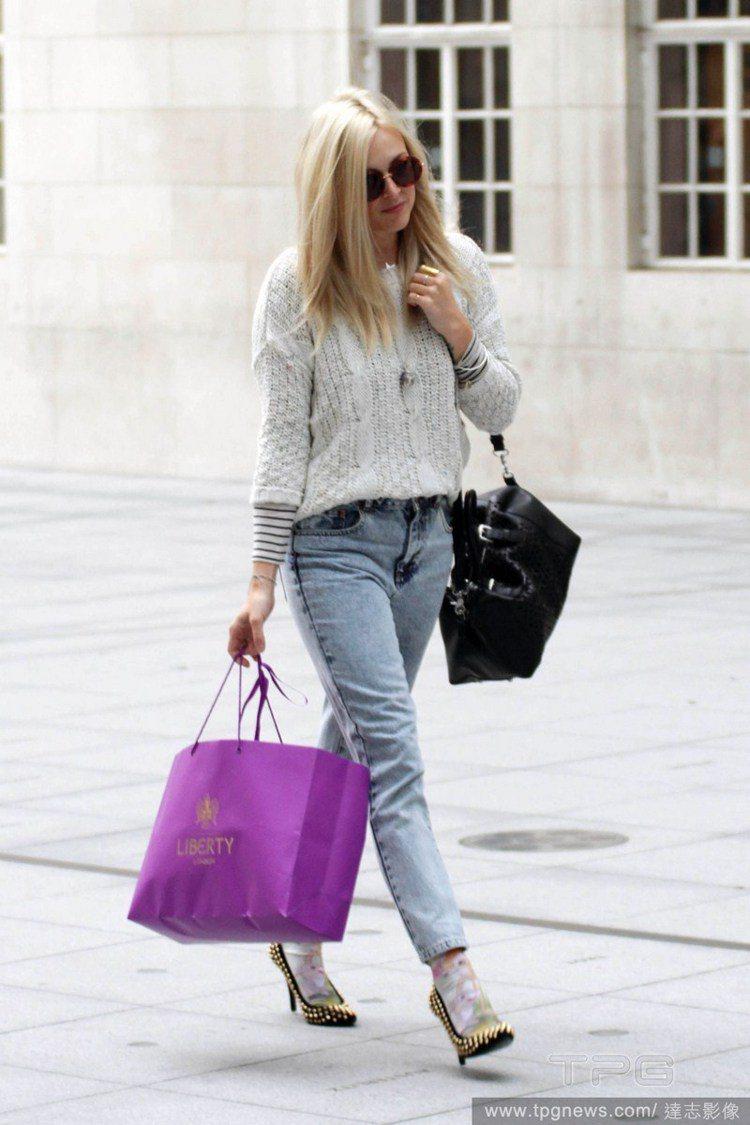 菲妮柯頓(Fearne Cotton)雖然穿著基本款的「白毛衣+牛仔褲」,卻懂得...