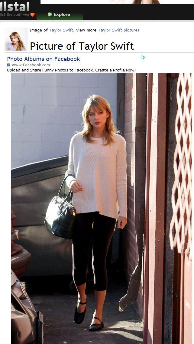 泰勒絲(Taylor Swift)以簡單的白毛衣與七分內搭褲亮相,一雙繫帶娃娃鞋...