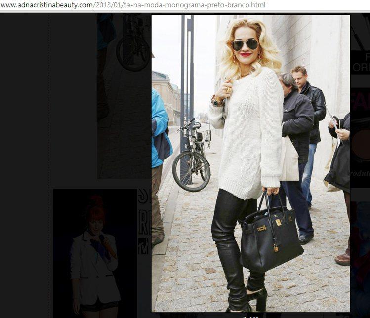 Rita Ora以白色毛衣搭皮褲、腳踩粗跟鞋,展現十足搖滾女孩樣貌。圖/擷取自a...