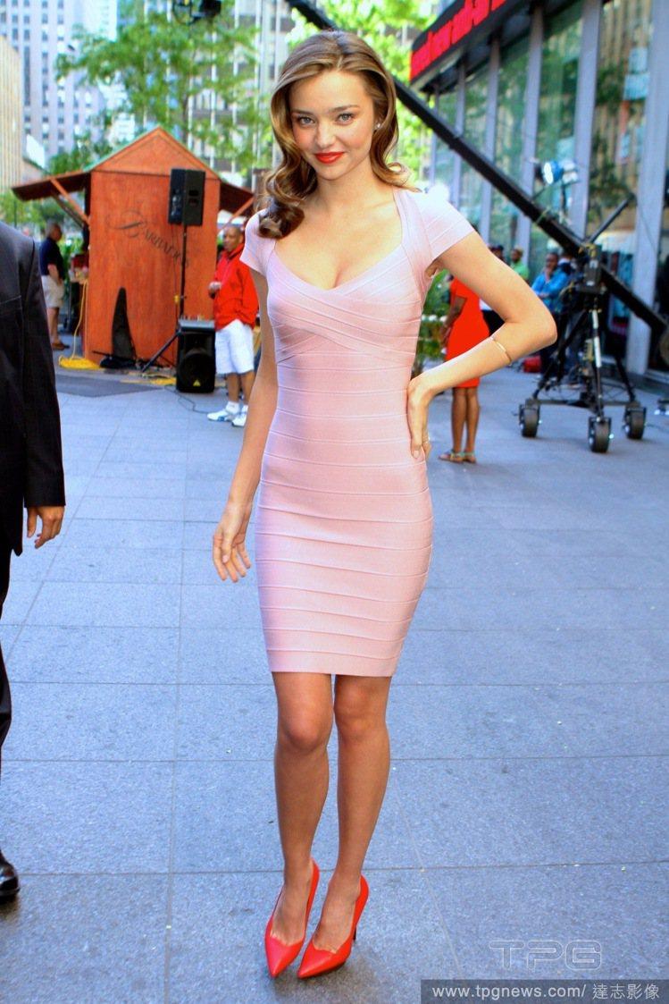 米蘭達柯爾(Miranda Kerr)一身淺粉色的緊身洋裝,細緻的剪裁也讓洋裝散...