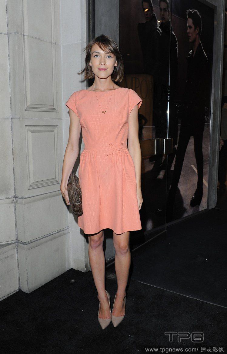 英國部落客兼模特兒 Ella Catliff 的一襲粉橘色小洋裝,讓她看起來相...
