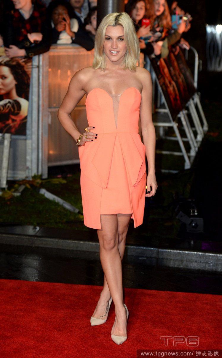 美國歌手Ashley Roberts 的粉橘色短洋裝多了股俏麗名媛氣息。圖/達志...