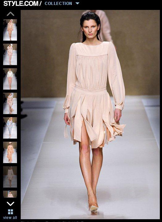 「流蘇」式裙襬,為垂墜裙襬脫去了仿舊感,注入一股摩登氣息。圖/擷取自style....