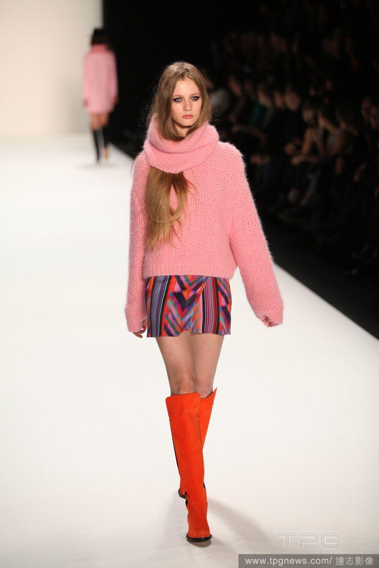 下半身捨棄單色調單品,選擇印花褲來搭配,就能讓粉紅毛衣穿出獨特感,整個煥然一新。...