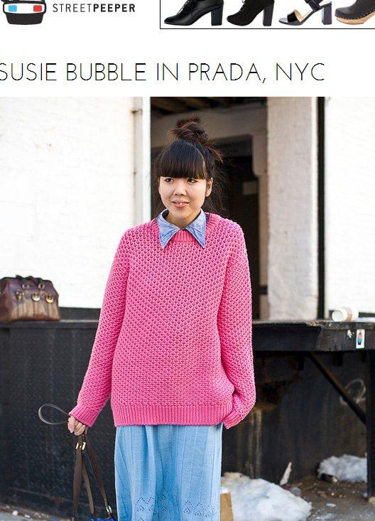 愛搞怪的穿搭達人Susie Bubble,將藍襯衫塞進亮桃紅色毛衣裡,再搭配亮藍...