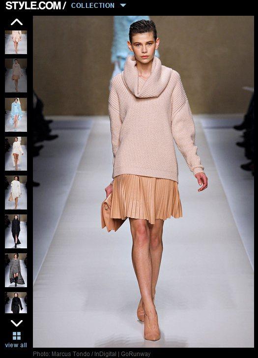 大翻領設計的毛衣,只要下半身搭配雪紡裙、印花短裙,以及窄管褲,就能減低粉色帶來的...