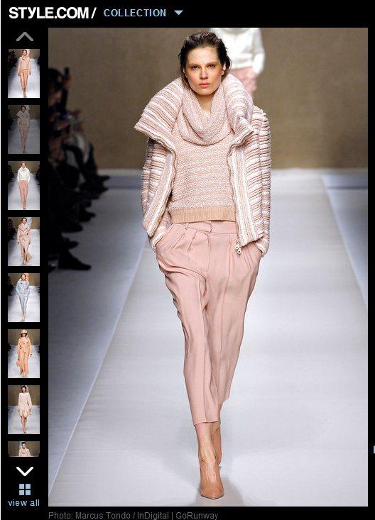 粉色條紋毛衣與粉色長褲的組合,反而穿出率性慵懶的色彩。圖/擷取自style.co...