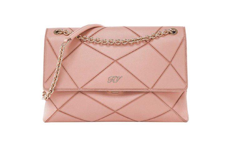 鍊帶包向來都帶給人高貴優雅的印象,若再加上明亮的粉紅色,就顯得更耀眼。圖/Rog...