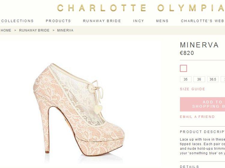 以蕾絲點綴鞋身的踝靴,若隱若現的粉紅色帶來了浪漫純潔的女孩氛圍。圖/擷取自cha...