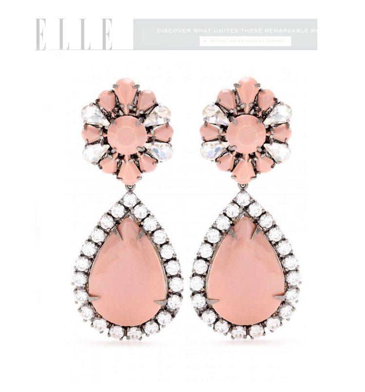 各式各樣的配件只要染上了活潑的粉紅色,就能打亮視覺焦點。圖/擷取自elle.co...
