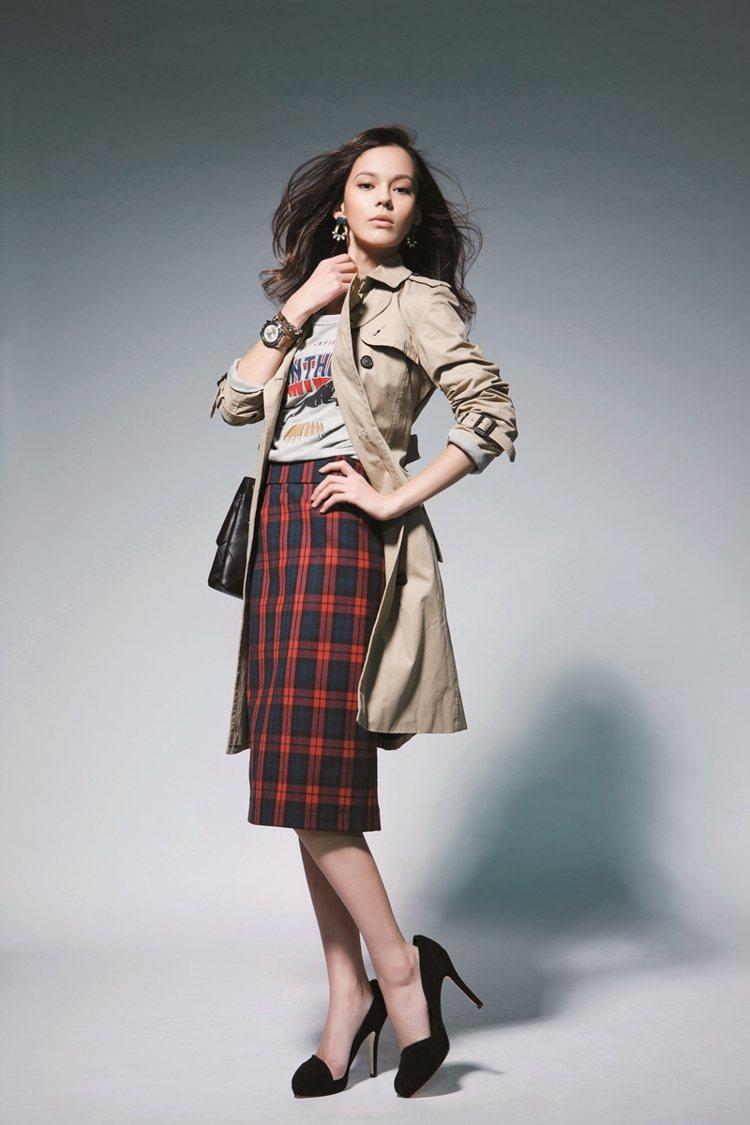 搭配格紋過膝裙,烘托優雅熟味。圖/大美人提供