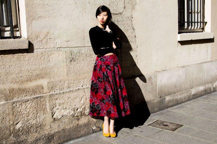 優雅的極簡黑上衣有了火紅色圖騰裙相伴,加上色彩飽滿的美鞋,駐足在畫前反而搶盡風采...
