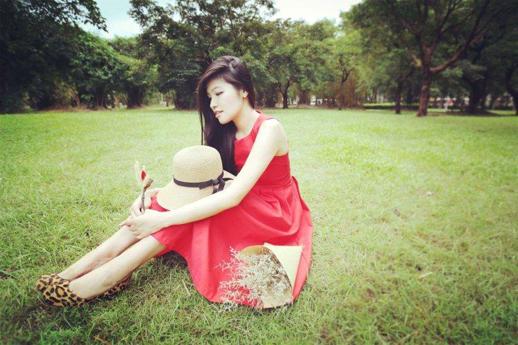 一襲大紅色蓬裙洋裝就能洋溢繽紛的青春氣息。圖/RE.MU,選自yutinglav...