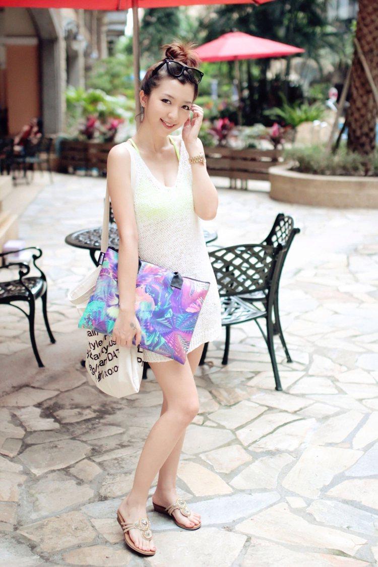 以網狀小洋裝內搭螢光比基尼,立刻就能穿出悠閒的渡假感。圖/RE.MU提供,選自v...