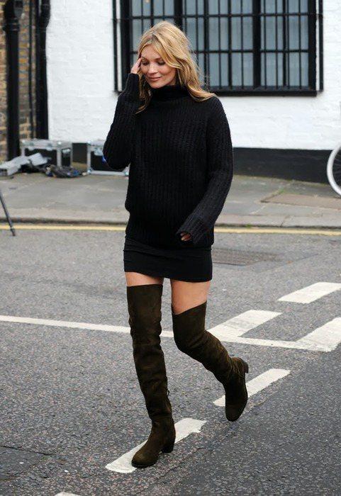 凱特摩絲以高領針織衫與短裙搭配過膝靴,輕鬆展現冬季的時尚姿態。圖/she.com...