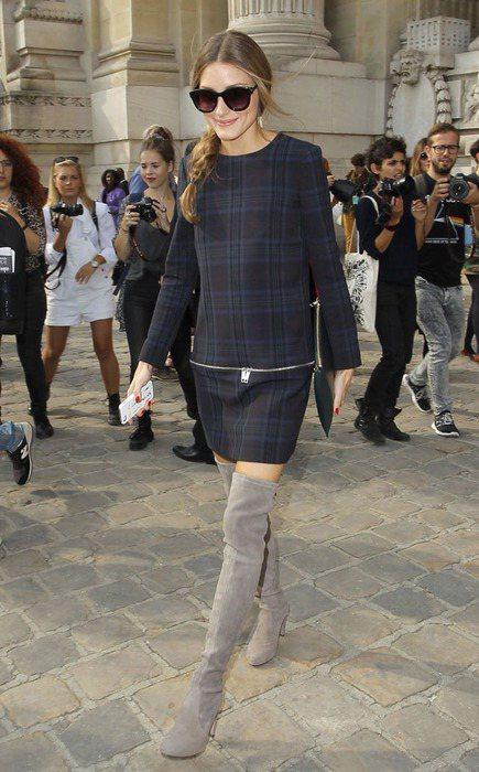 奧莉薇亞巴勒莫以麂皮過膝靴搭配格紋洋裝,營造學院風的氣質。圖/she.com T...