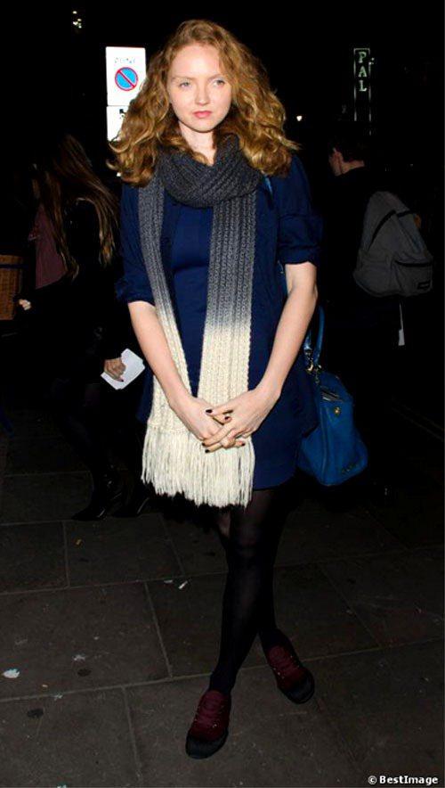 精靈超模莉莉蔻兒也是批批掛掛一族,她用深藍色洋裝搭配漸層黑白色系圍巾,冷靜的配色...