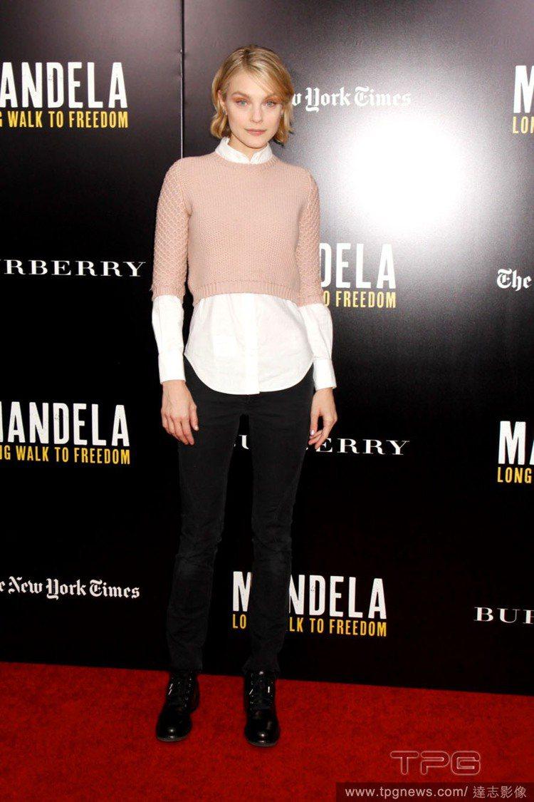 Jessica Stam 將白襯衫穿在短版的粉紅色毛衣裡,用層次呈現出柔和的幾何...