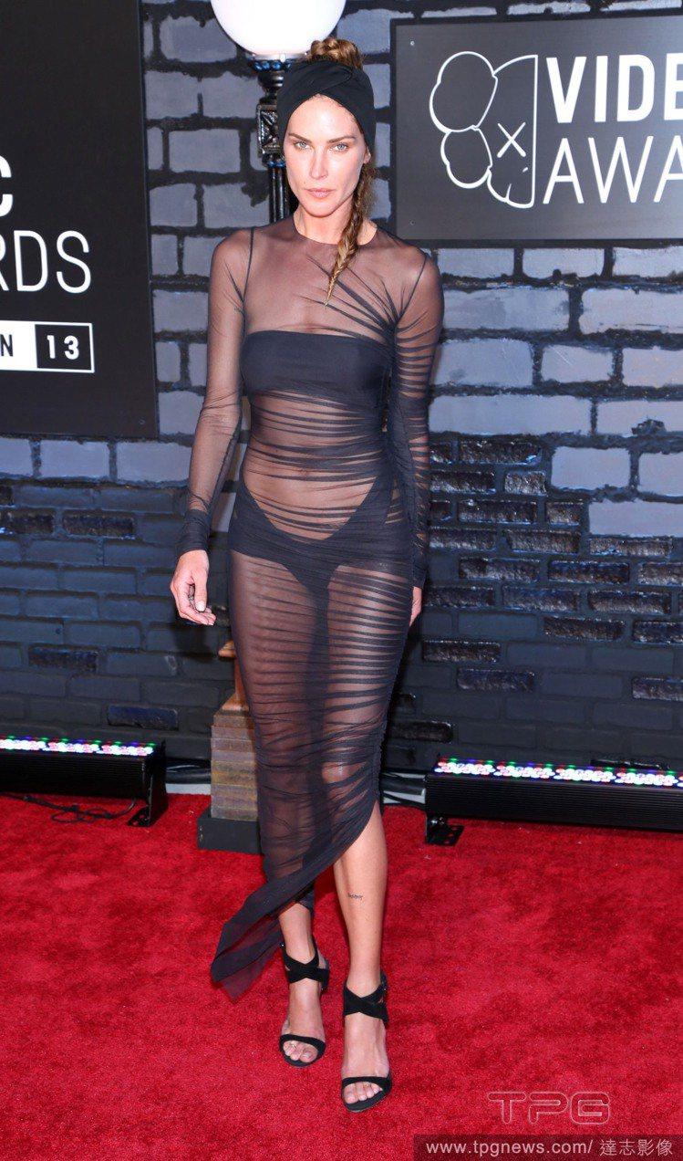 美國女演員 Erin Wasson穿了 Alexandre Vauthier 透...