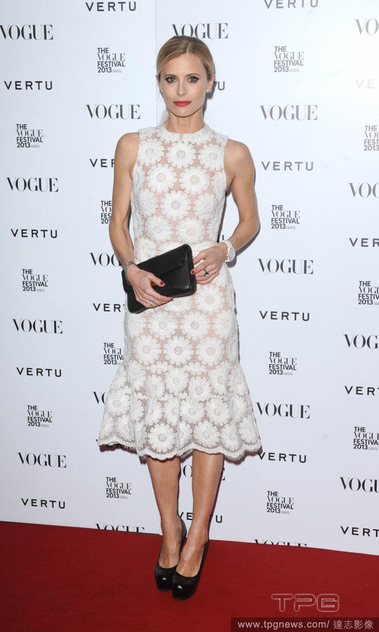 美國女星 Laura Bailey 把 Simone Rocha 搭襯衫的背心裙...