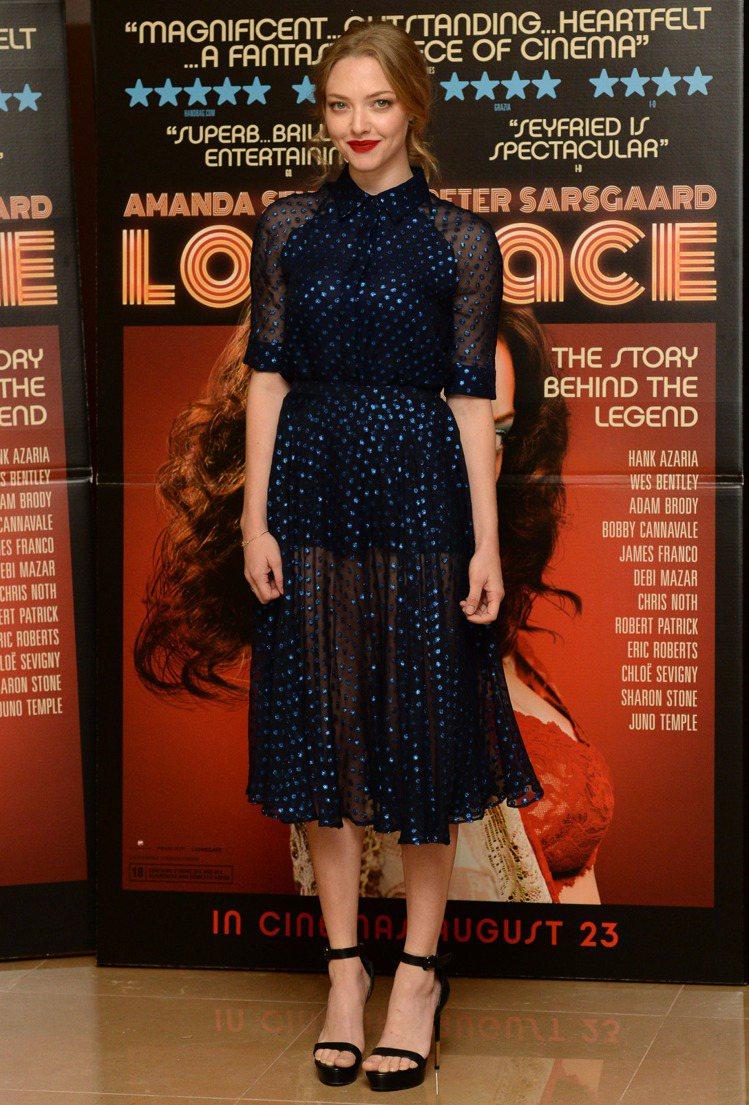 佈滿閃亮水玉的深藍色洋裝,也讓亞曼達賽佛瑞穿出典雅氣質,藍色水玉因為透視設計看起...