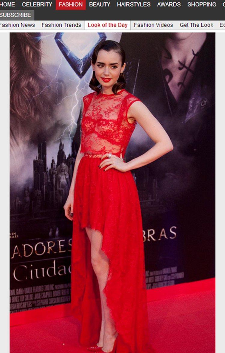 莉莉柯林斯以一襲 Houghton 火紅色蕾絲禮服搭配復古捲髮,讓她看起來就像奇...
