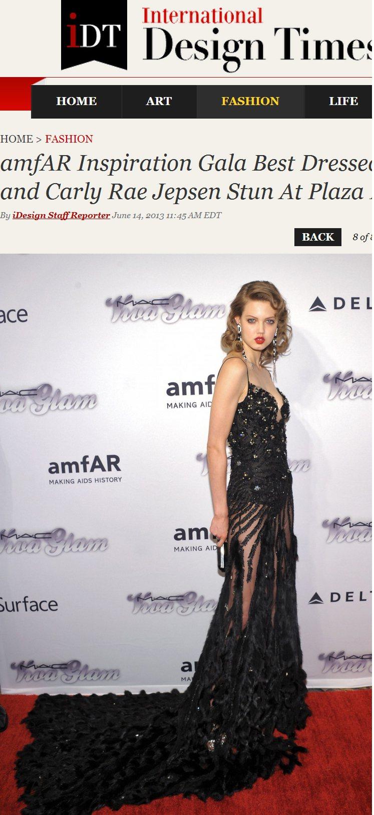 超模 Lindsey Wixson 的黑色禮服除了亮片點綴的深V剪裁,裙身的抓破...