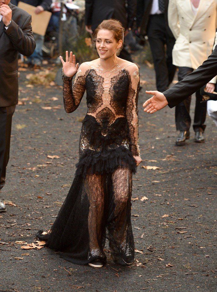 克莉絲汀史都華(Kristen Stewart)去年出席《公主與狩獵者》首映禮穿...