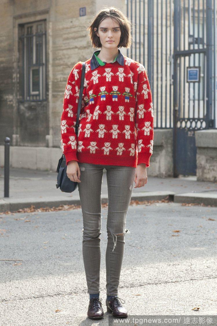 可愛甜美風:襯衫搭毛衣的穿法顯得青春洋溢。圖/達志影像