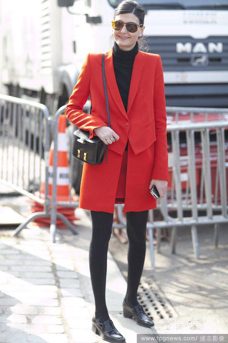 摩登帥氣風:用黑色來讓喜氣經常略顯太重的紅色增加一點個性風情。高領內搭還帶點高傲...