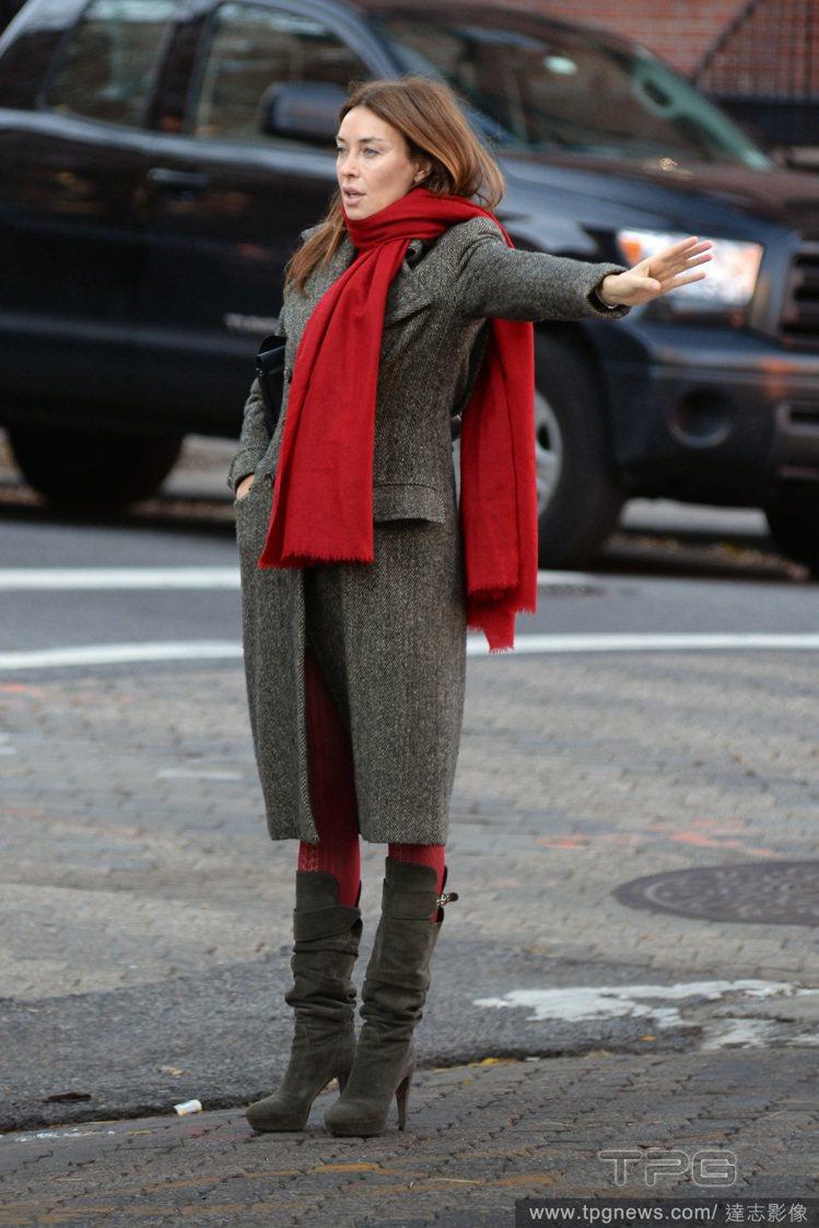 摩登帥氣風:深色長大衣搭紅色單品與細跟長靴,俐落又修身,感覺隨時都準備好要被街拍...